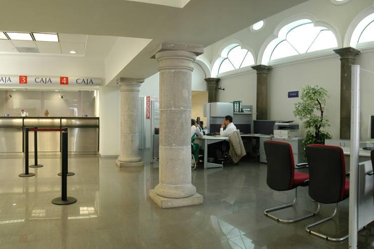 Sucursal Bancaria en Ciudad Guzmán: Edificios de Oficinas de estilo  por Mezzanine Arquitectura
