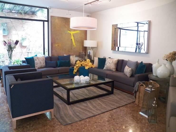 Residencia Guadalajara: Salones de estilo  de AMATES