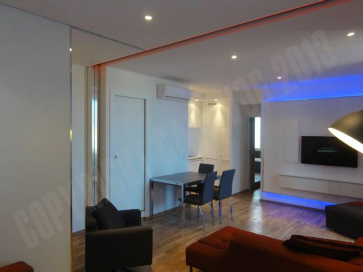 rénovation d'un appartement: Couloir et hall d'entrée de style  par Casavog