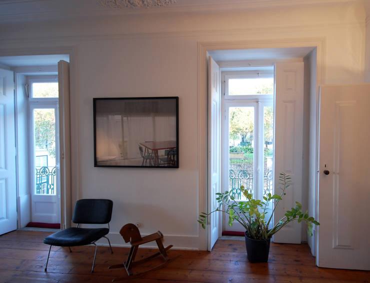 Apartamento Pedras Negras (2012): Salas de estar  por pedro pacheco arquitectos