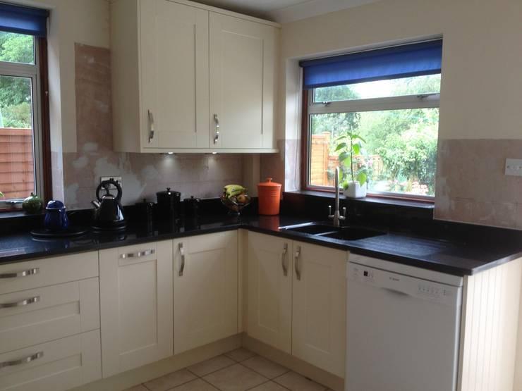 Cream shaker with black granite worktops:  Kitchen by Henley McKay Kitchens