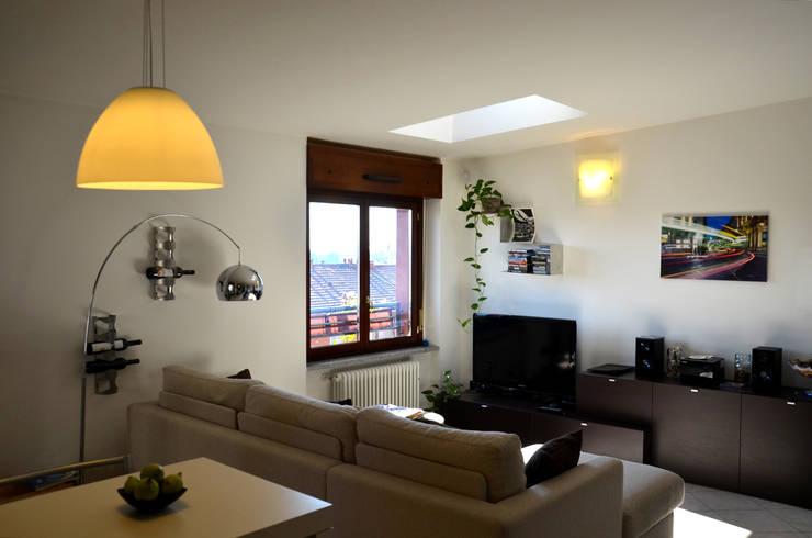 Vista del soggiorno, la luce è protagonista dello spazio.: Soggiorno in stile  di Be.St Architetti