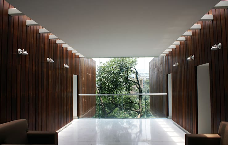 Vista del vestíbulo a cañada de Santa Fe: Oficinas y tiendas de estilo  por Arquitectonica P+E