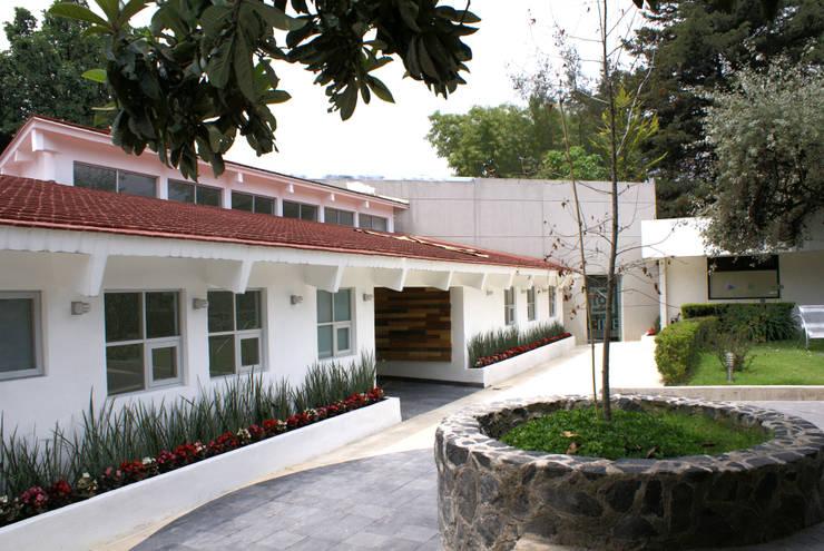 Fachada Existente Recuperada: Oficinas y tiendas de estilo  por Arquitectonica P+E