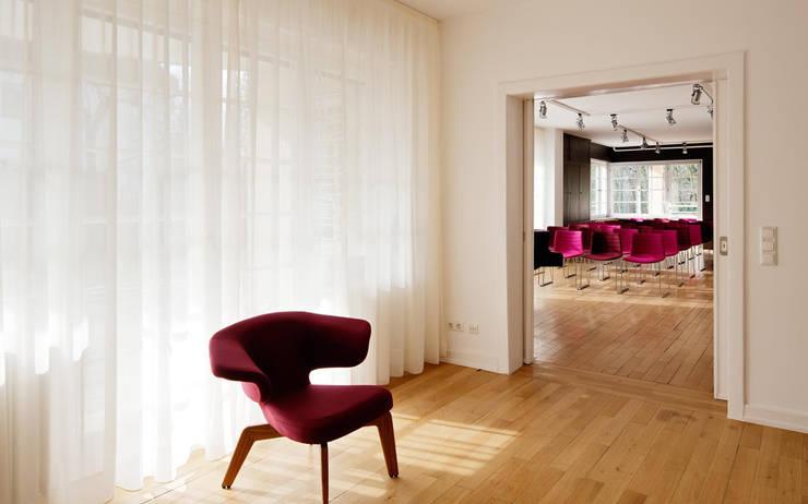 Internationales Gästehaus der Hochschule Darmstadt:  Wohnzimmer von THOMAS GRÜNINGER ARCHITEKTEN BDA,