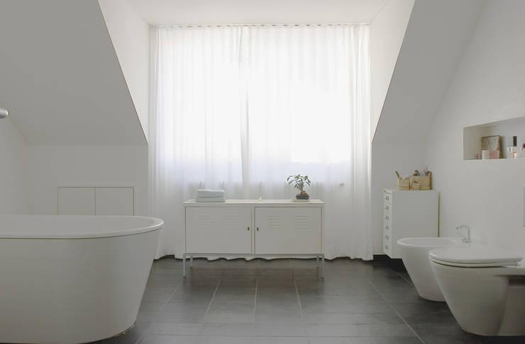 Bathroom by THOMAS GRÜNINGER ARCHITEKTEN BDA