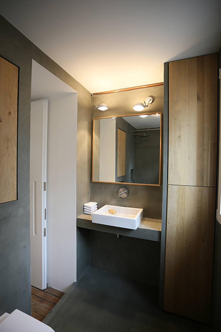 Salle de bains rez-de-chaussée: Maisons de style  par Galaktik
