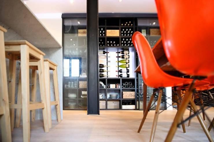 Cave à vin: Maisons de style  par Galaktik