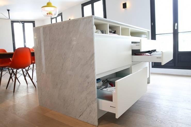 îlot de cuisine en marbre: Maisons de style  par Galaktik
