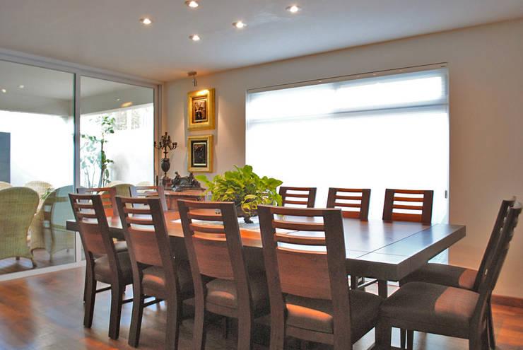 Casa Guadalquivir: Comedores de estilo moderno por CORTéS Arquitectos