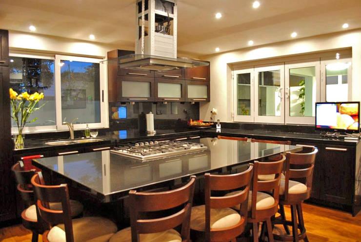 Casa Guadalquivir: Cocinas de estilo moderno por CORTéS Arquitectos