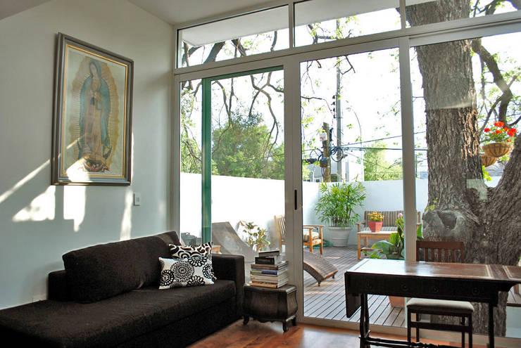 Casa Guadalquivir: Salas de estilo moderno por CORTéS Arquitectos