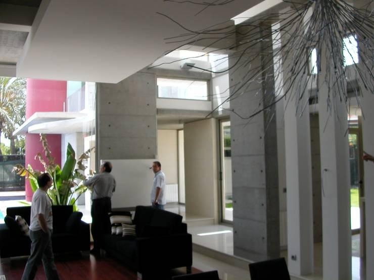 Interior: Pasillos y vestíbulos de estilo  de garcia de leonardo arquitectos