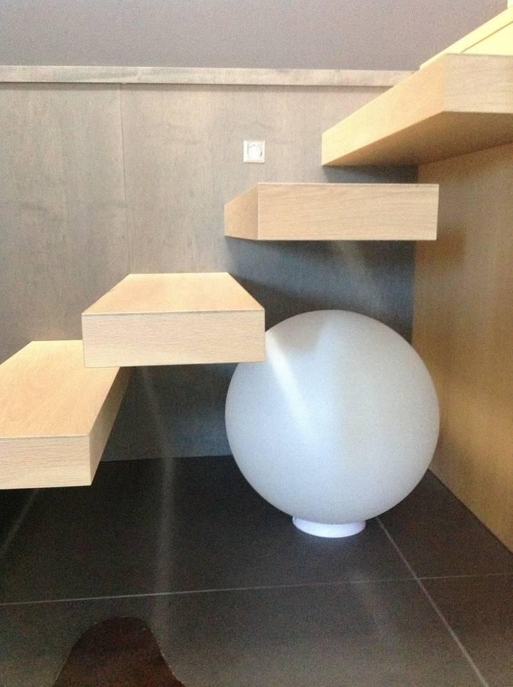 Conception d'un escalier en chêne blanchi: Couloir, entrée, escaliers de style  par Myriam Galibert Amenagement