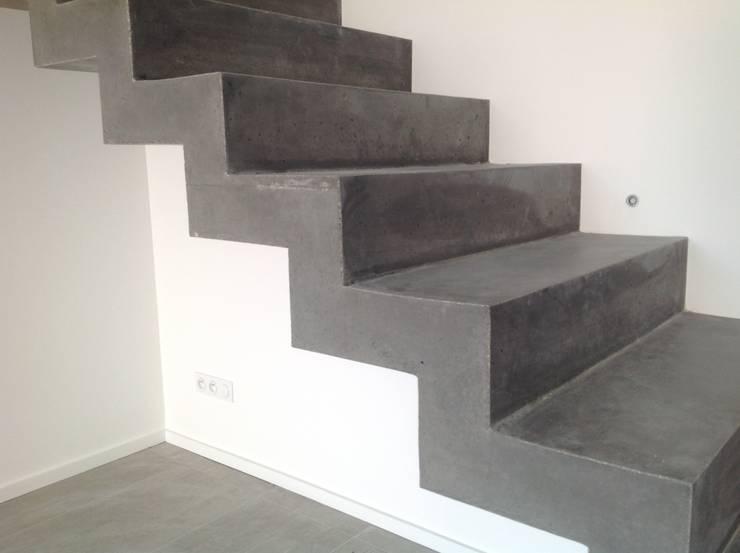 Conception d'un escalier en béton: Couloir, entrée, escaliers de style  par Myriam Galibert Amenagement