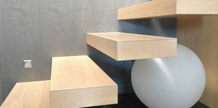 Conception d'un escalier en chêne blanchi: Couloir, entrée, escaliers de style de style Moderne par Myriam Galibert Amenagement