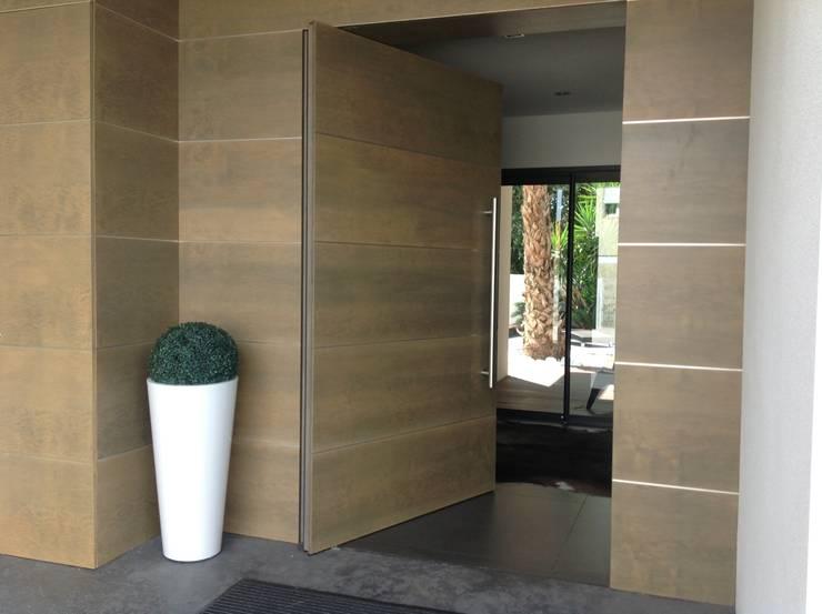 Conception d'une porte sur pivot : Fenêtres & Portes de style de style Minimaliste par Myriam Galibert Amenagement