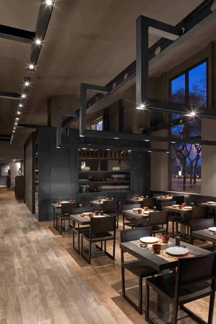 Restaurante Umo: Locales gastronómicos de estilo  de Estudi Josep Cortina