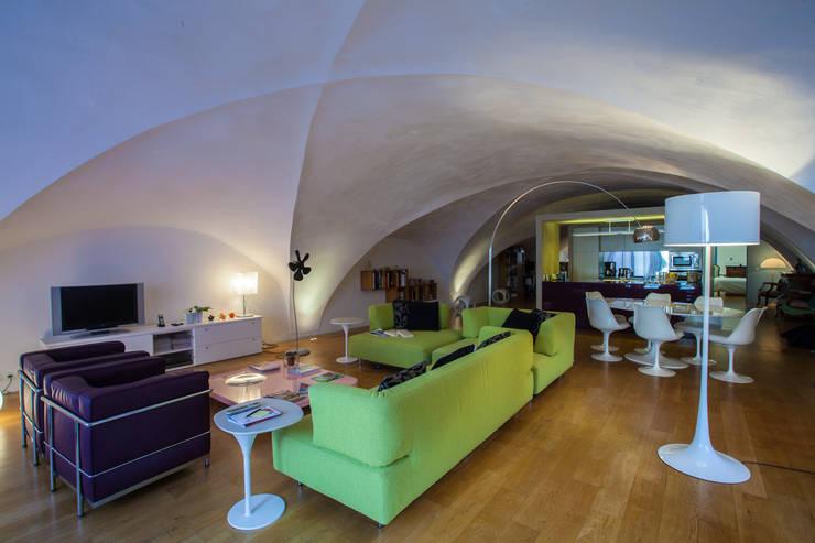 Salon dans cette ancienne église: Maisons de style  par Franck Fouquet