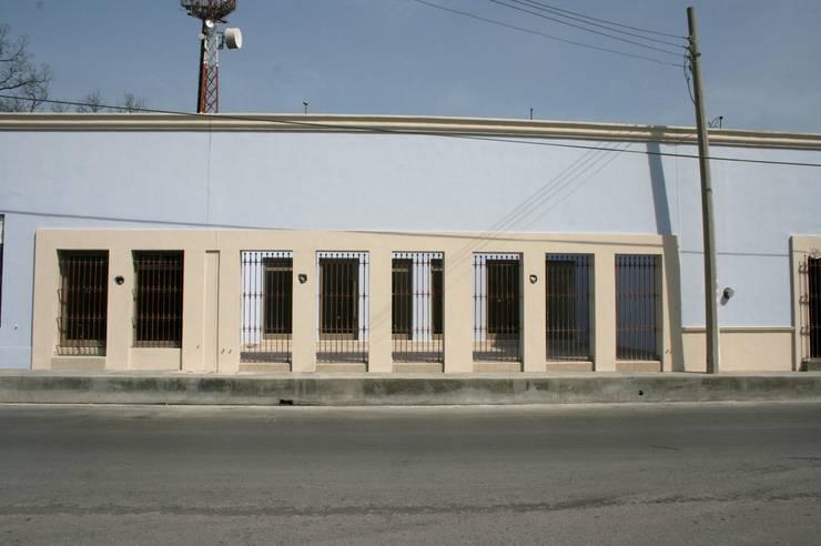 FACHADA: Casas de estilo  por CORTéS Arquitectos