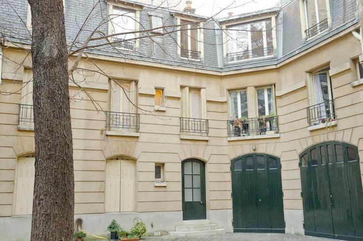 Avenue Wagram: Couloir et hall d'entrée de style  par Atelier Sylvie Cahen