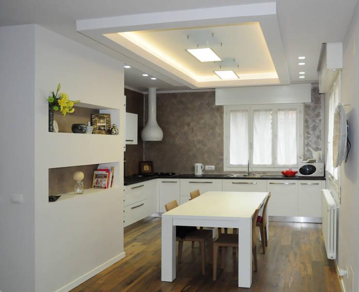 Ristrutturazione di appartamento a Marebello di Rimini:  in stile  di Studio Skyline