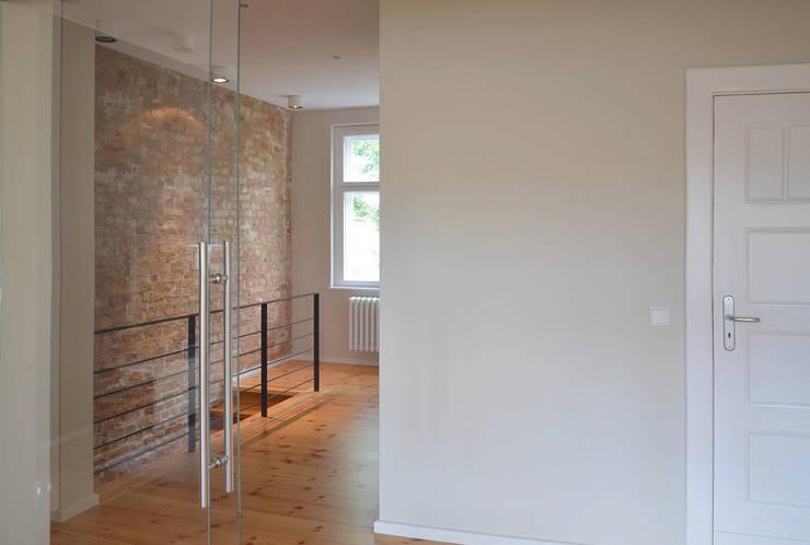 Privatwohnung Berlin:  Flur & Diele von ZAISER & ULBRICH  |  Design und Interior,Modern