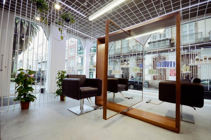 Inés Pose Lifestyle Salon: Espacios comerciales de estilo  de STGO