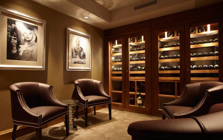Armoire à vin sur mesure en chêne - Courchevel: Cave à vin de style de style Classique par Degré 12