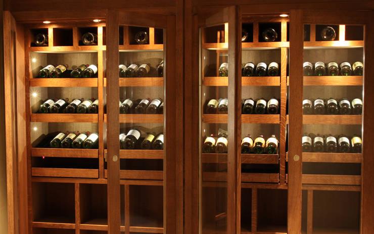 Armoire à vin sur mesure en chêne – Courchevel: Cave à vin de style de style Classique par Degré 12