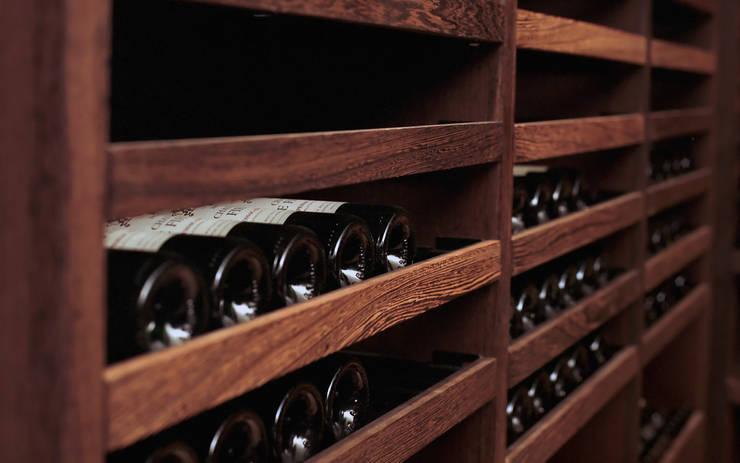 Cave à vin sur mesure en wengé – Luxembourg: Cave à vin de style de style Classique par Degré 12