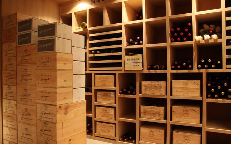 Cave à vin sur mesure en chêne - Knokke: Cave à vin de style  par Degré 12