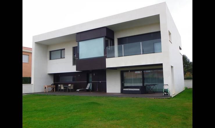 Vivienda Unifamiliar:  de estilo  de URBAQ arquitectos s.l.