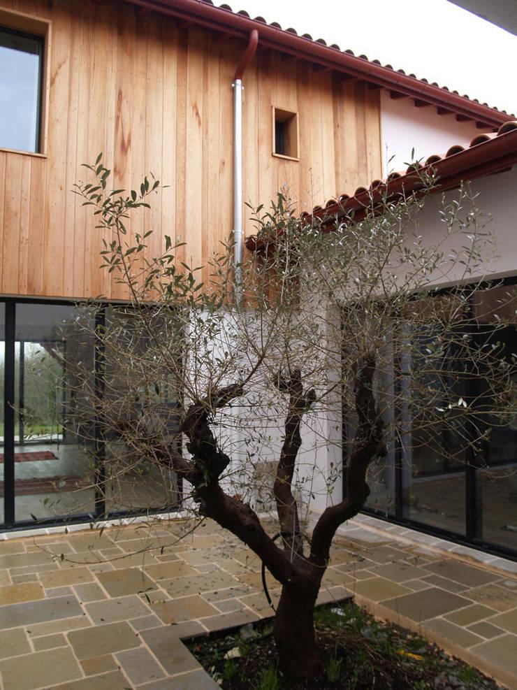 MAISON #4: Maisons de style  par ATELIER FABRICE DELETTRE