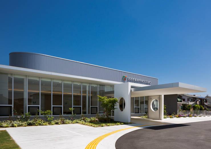 シンプルな形状と温かみのある素材による構成のクリニック外観: 株式会社古田建築設計事務所が手掛けた病院です。,