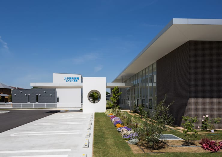 建物を彩る植栽: 株式会社古田建築設計事務所が手掛けた病院です。,