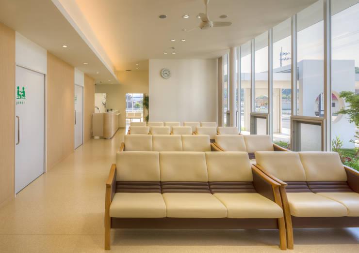 庭に面した大開口の待合室: 株式会社古田建築設計事務所が手掛けた病院です。,