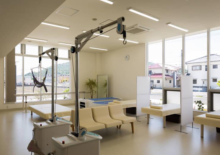 リラックスして治療に臨むリハビリ室: 株式会社古田建築設計事務所が手掛けた病院です。,