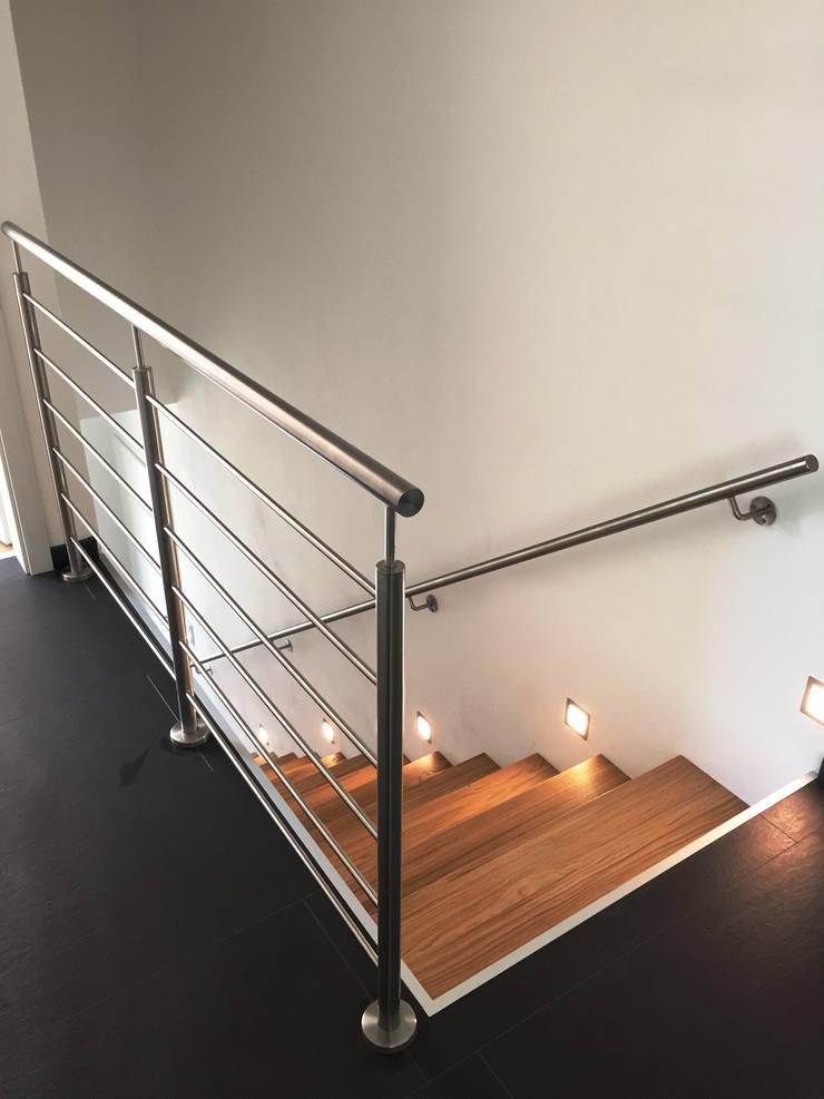 Vestíbulos, pasillos y escaleras de estilo  por lifestyle-treppen.de