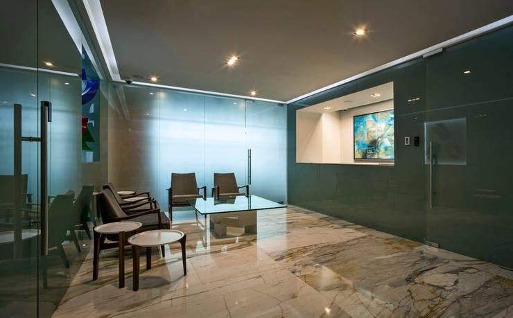 Lobby Oficinas Prology: Estudios y oficinas de estilo  por PASQUINEL Studio