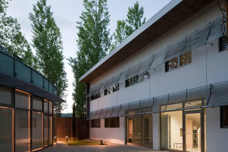 Palazzina uffici e Direzione impianto:  in stile industriale di Studio Nepi Terrosi Associati, Industrial