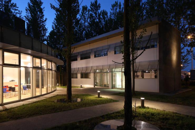 Palazzina uffici e Centro accoglienza:  in stile industriale di Studio Nepi Terrosi Associati, Industrial