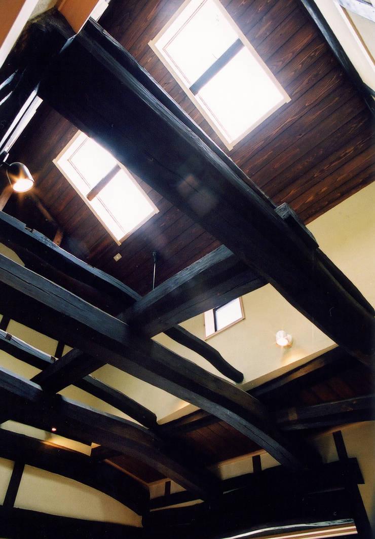 元々の構造体がダイナミックな吹抜空間を演出: 株式会社古田建築設計事務所が手掛けたリビングです。,和風