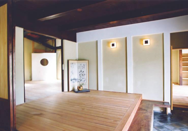 優しく迎え入れる玄関: 株式会社古田建築設計事務所が手掛けたリビングです。,和風
