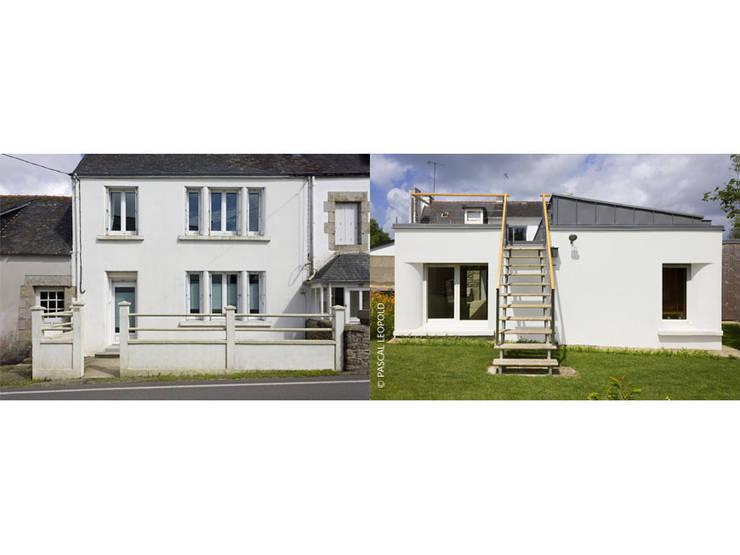 rue / jardin: Maisons de style  par Jean-Charles CASTRIC - architecte D.P.L.G.