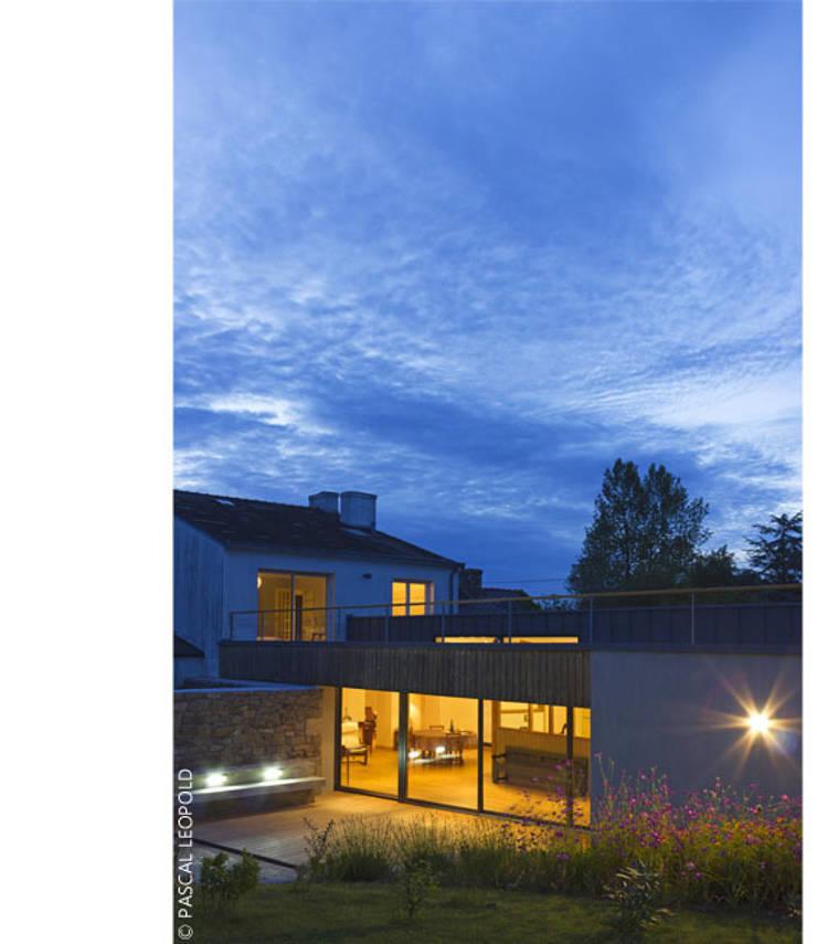 vue Sud au crépuscule: Maisons de style  par Jean-Charles CASTRIC - architecte D.P.L.G.