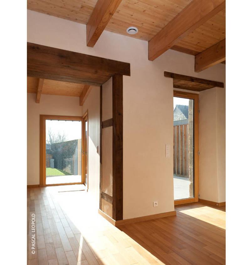 séjour: Maisons de style  par Jean-Charles CASTRIC - architecte D.P.L.G.