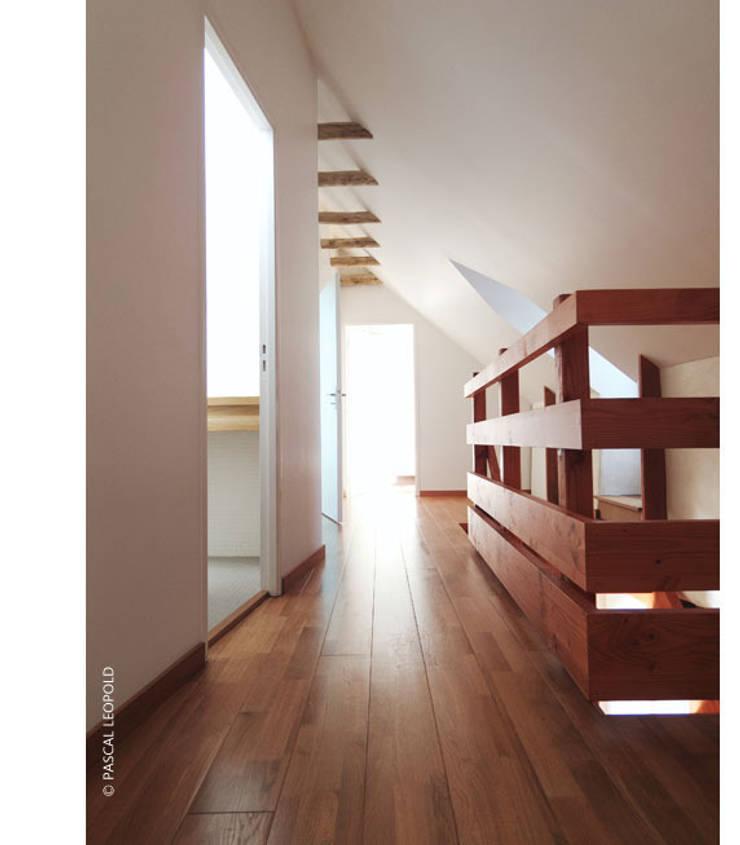 palier étage: Maisons de style  par Jean-Charles CASTRIC - architecte D.P.L.G.