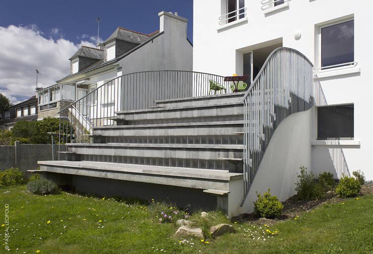 emmarchement: Maisons de style  par Jean-Charles CASTRIC - architecte D.P.L.G.