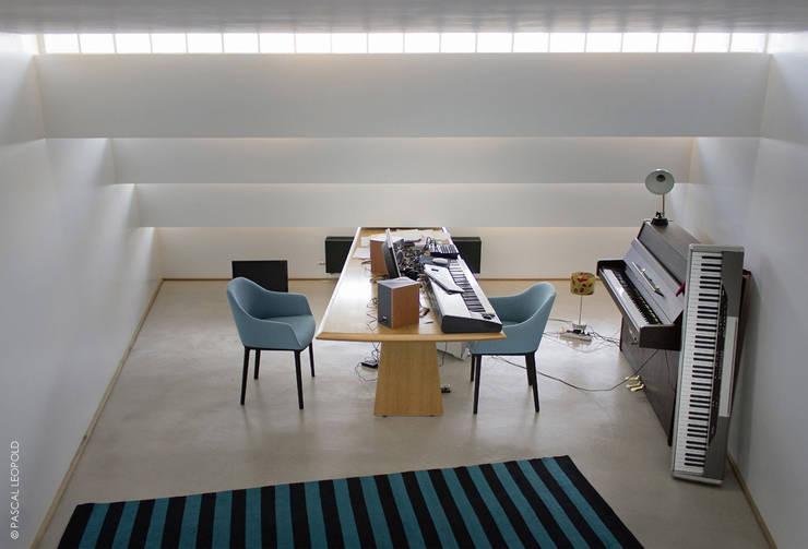 salle de musique: Maisons de style  par Jean-Charles CASTRIC - architecte D.P.L.G.